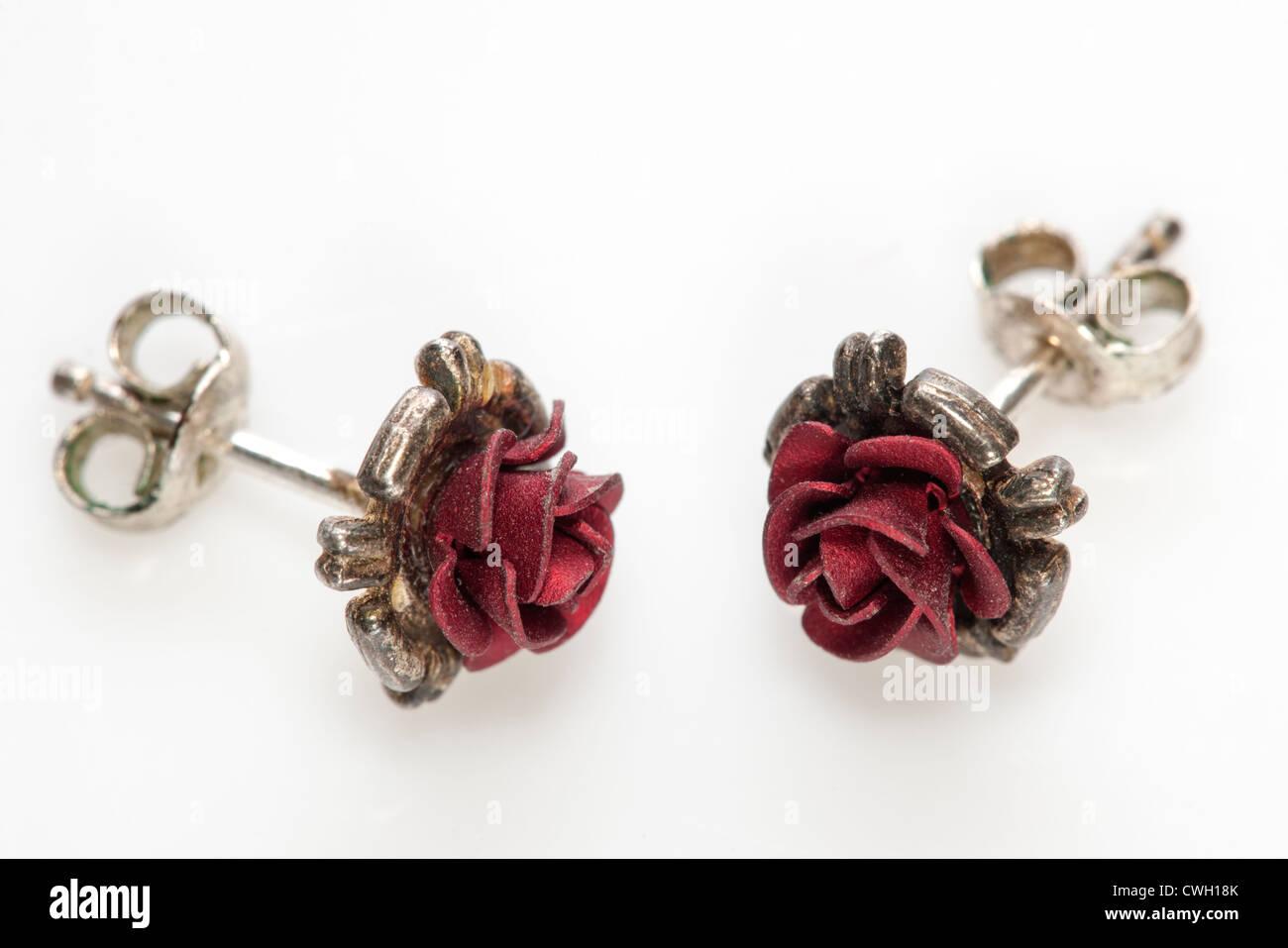 Coppia di piccoli red rose orecchini Foto Stock