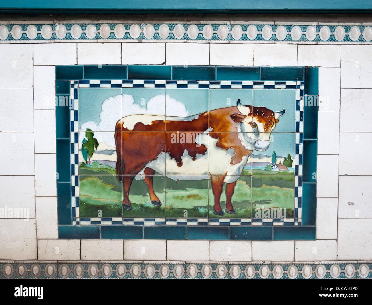 La pittura di un toro su piastrelle al di fuori di un vecchio