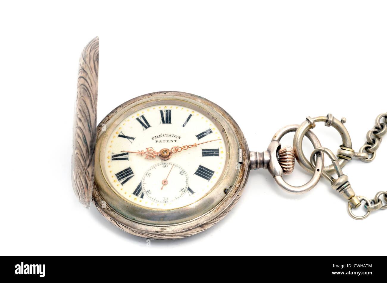 Il vecchio orologio da tasca davanti a uno sfondo bianco Foto Stock