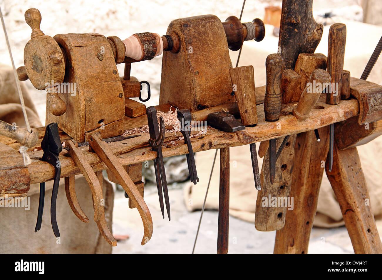 Un Vecchio Tornio Con Un Set Di Utensili Per La Lavorazione Del Legno Martello Scalpelli Pinze Foto Stock Alamy