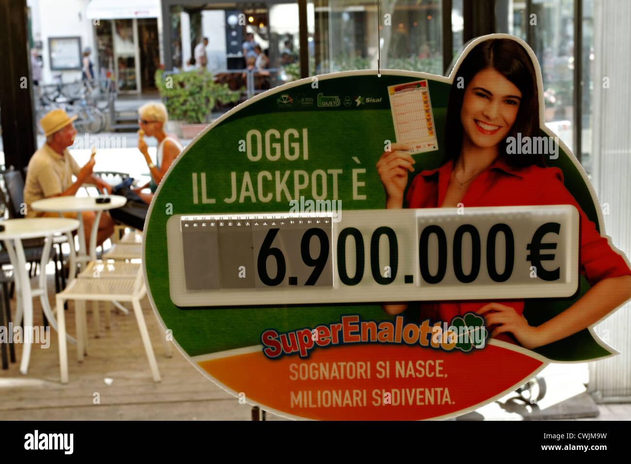 Lotto Italiano pubblicità jackpot sulla finestra con le persone a mangiare il gelato, Toscana Italia Immagini Stock