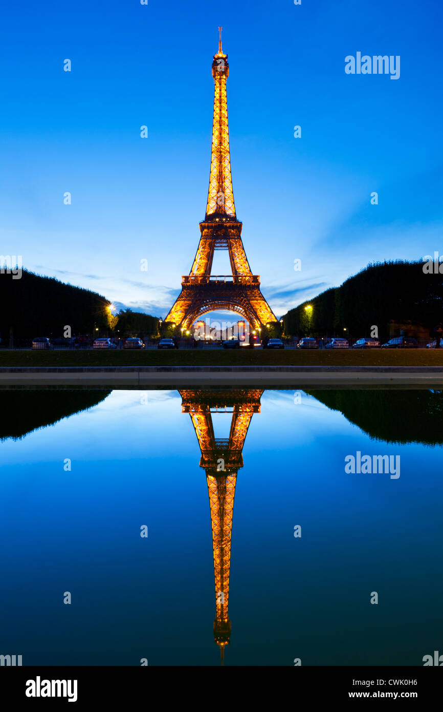 Parigi torre Eiffel illuminata di notte da Champs de Mars gardens si riflette in un pool Parigi Francia EU Europe Immagini Stock