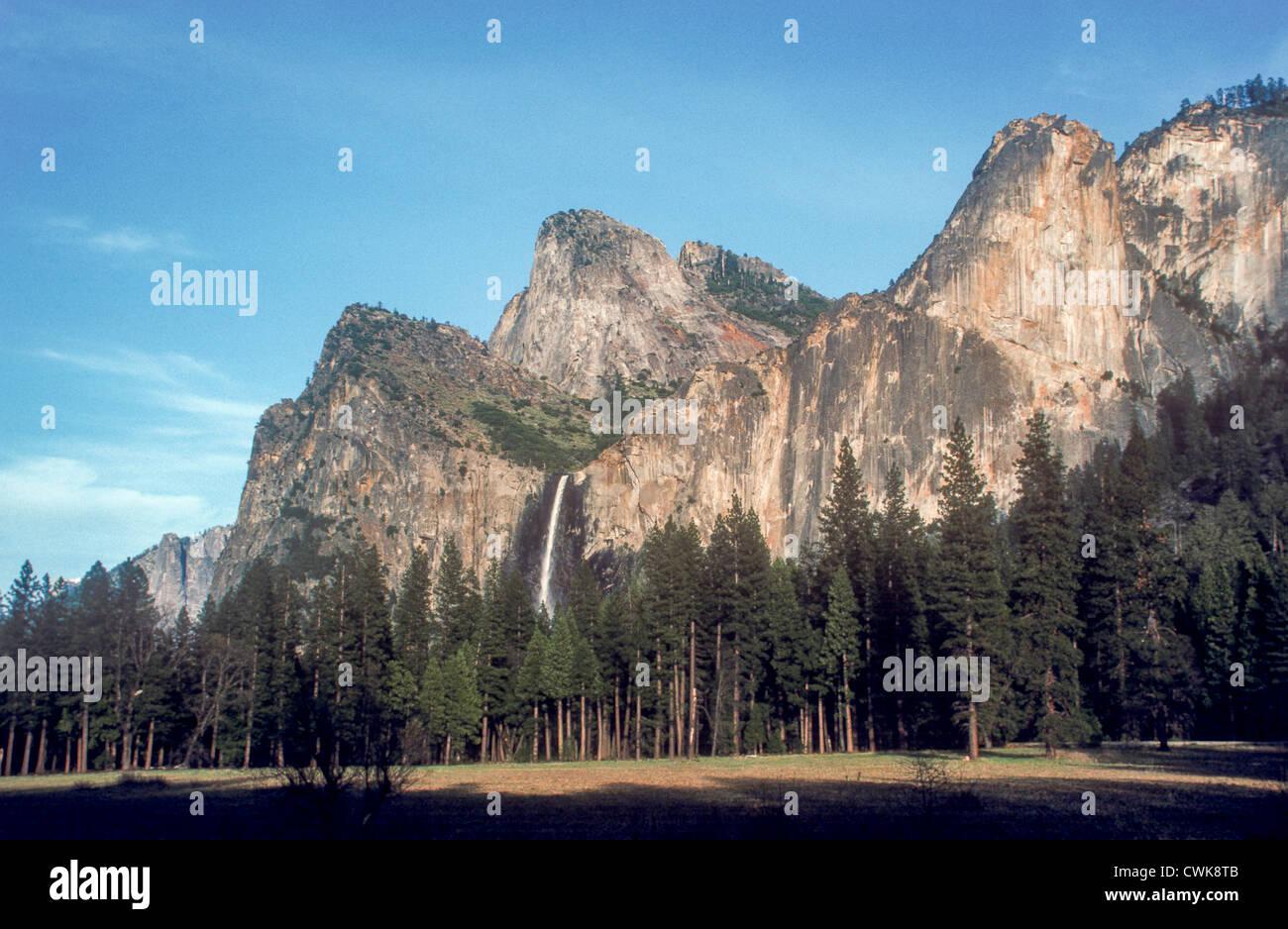 Una vista di Bridalveil rientrano nel Parco Nazionale di Yosemite in California, Stati Uniti d'America. Foto Stock