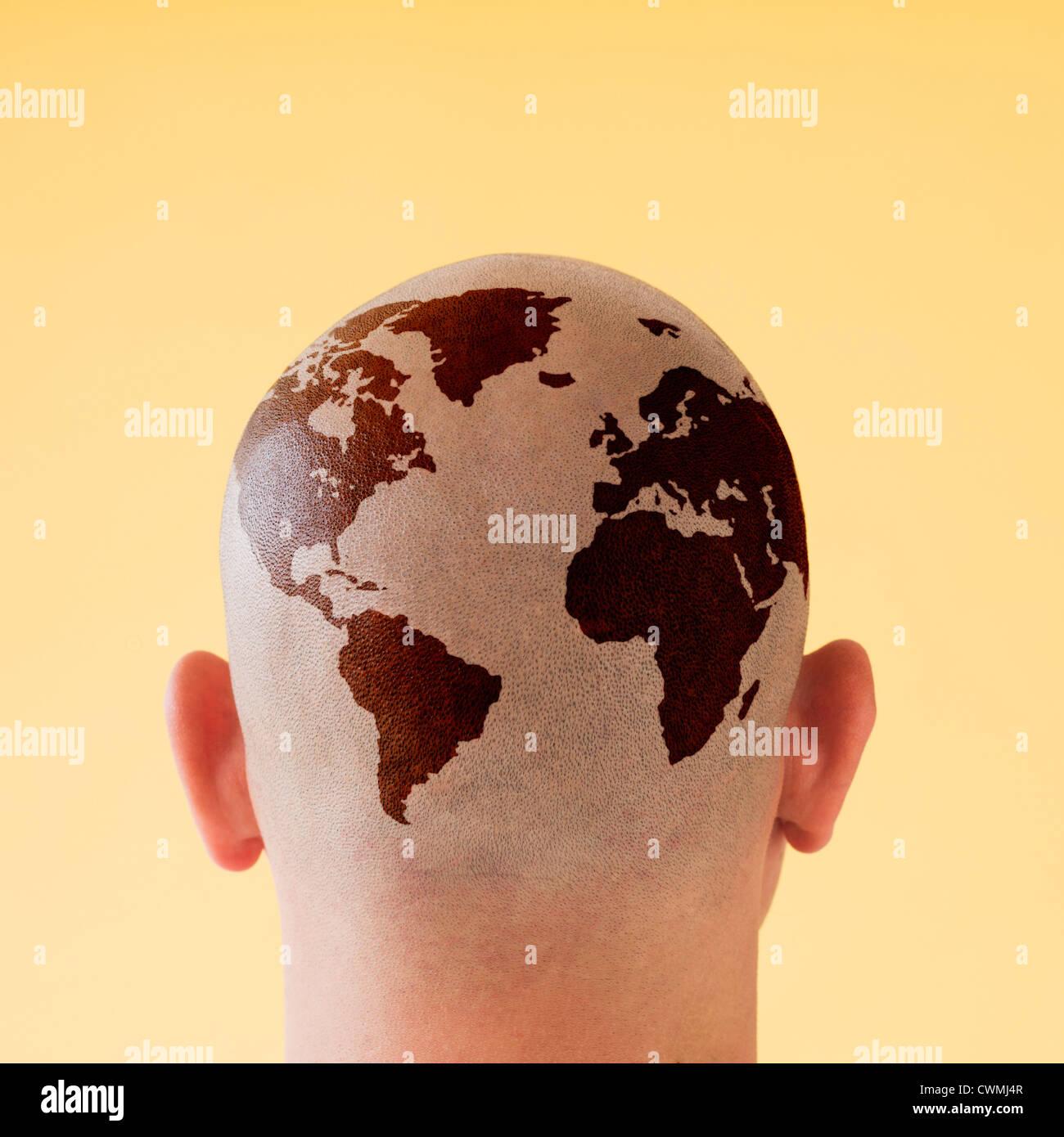 Vista posteriore dell'uomo con la mappa del mondo sulla testa rasata Immagini Stock