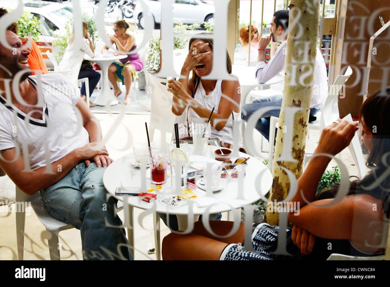 La gente seduta in corrispondenza dei contrassegni Cafe nell'area alla moda di Palermo Viejo noto come Soho. Immagini Stock