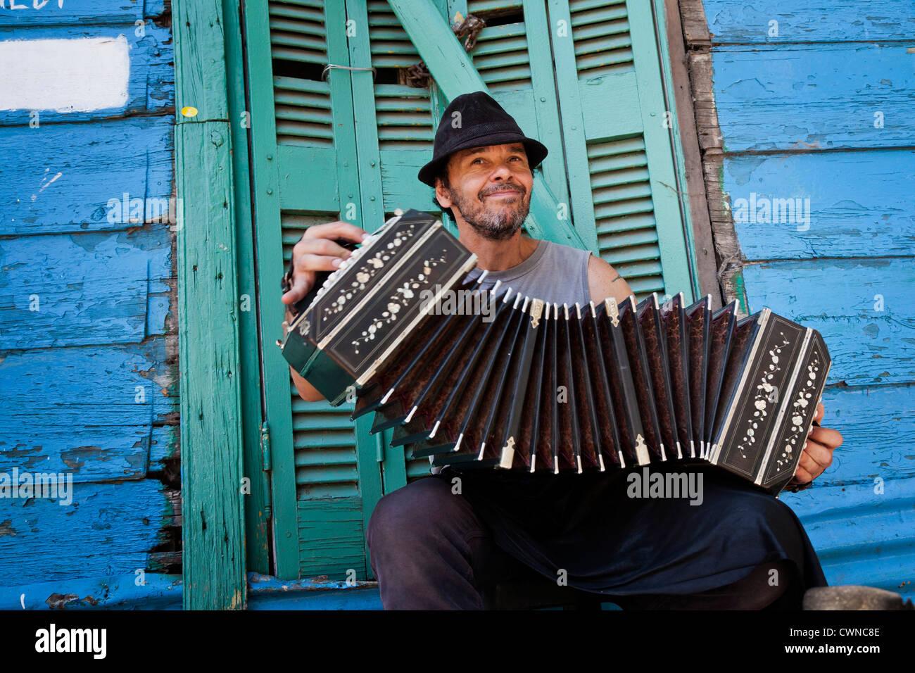 Musicista che gioca il bandeon a Caminito area a La Boca. Buenos Aires, Argentina Immagini Stock