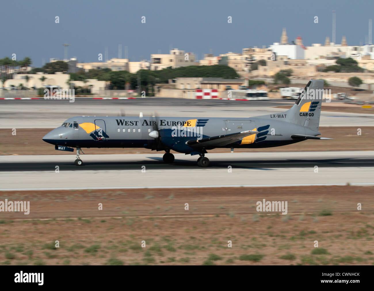 Commerciali di trasporto aereo di merci. British Aerospace ATP piano di carico azionato da West Air Europa accelerando Immagini Stock