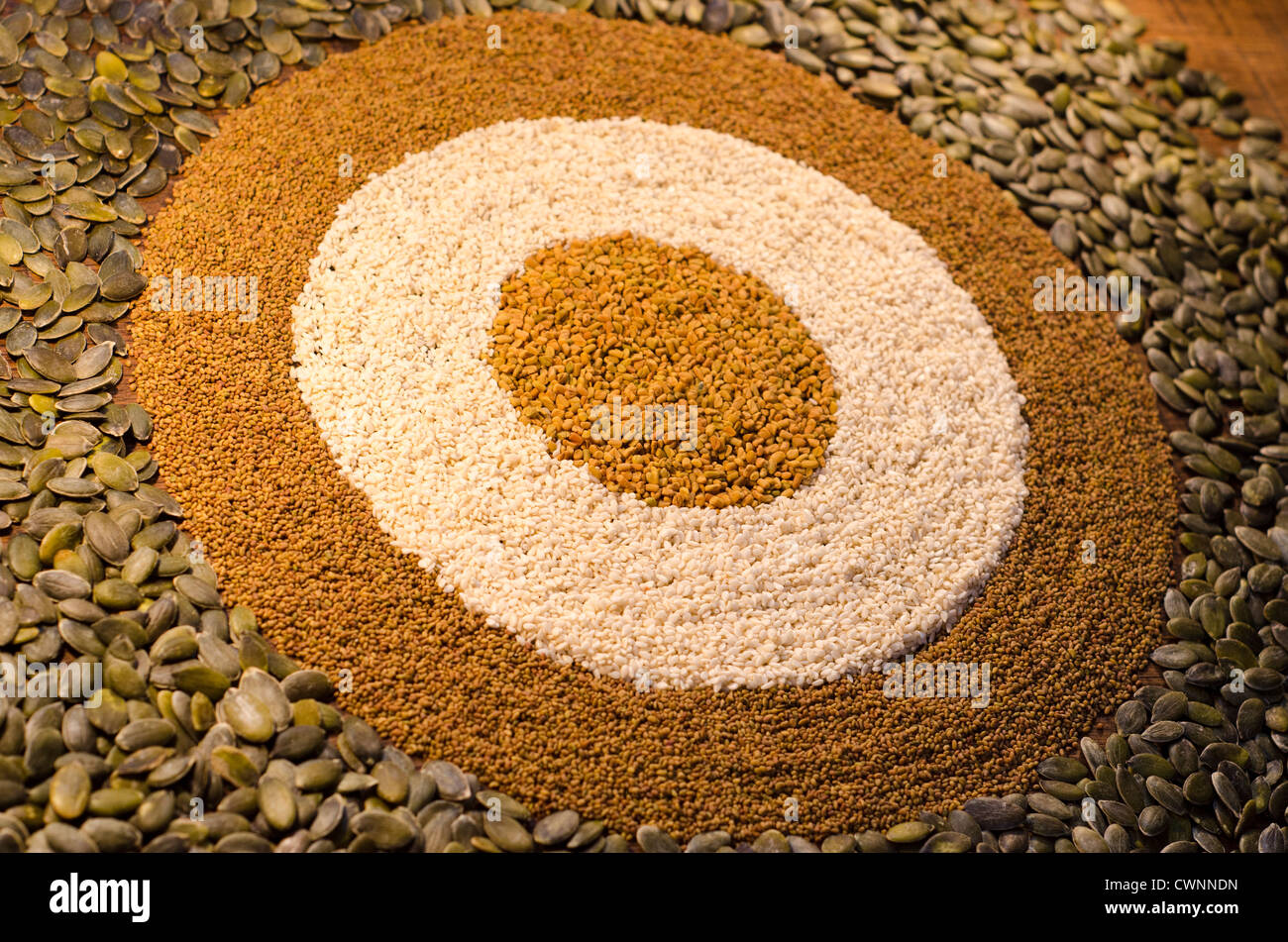 Una circolare, il modello geometrico da una varietà di semi, compresi i semi di zucca, alfaf semi, semi di Immagini Stock
