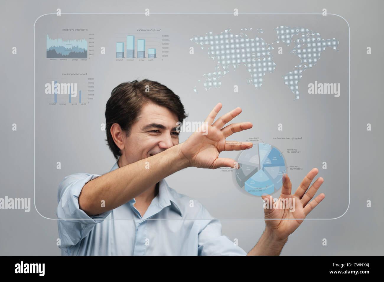 Imprenditore utilizzando l'avanzata tecnologia touch screen per visualizzare i dati delle vendite Immagini Stock