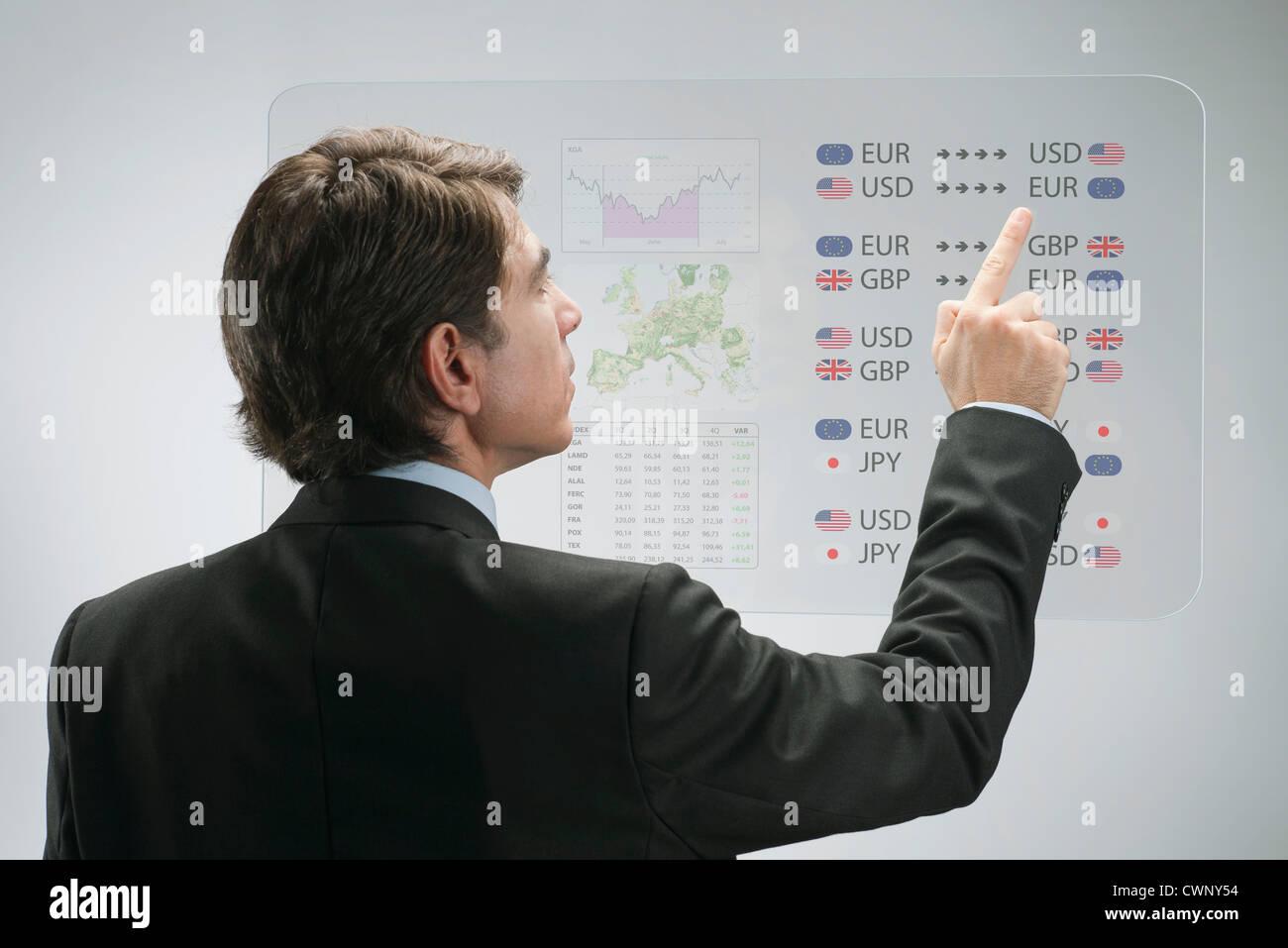 Imprenditore utilizzando l'avanzata tecnologia touch screen per la visualizzazione dei dati aziendali Immagini Stock