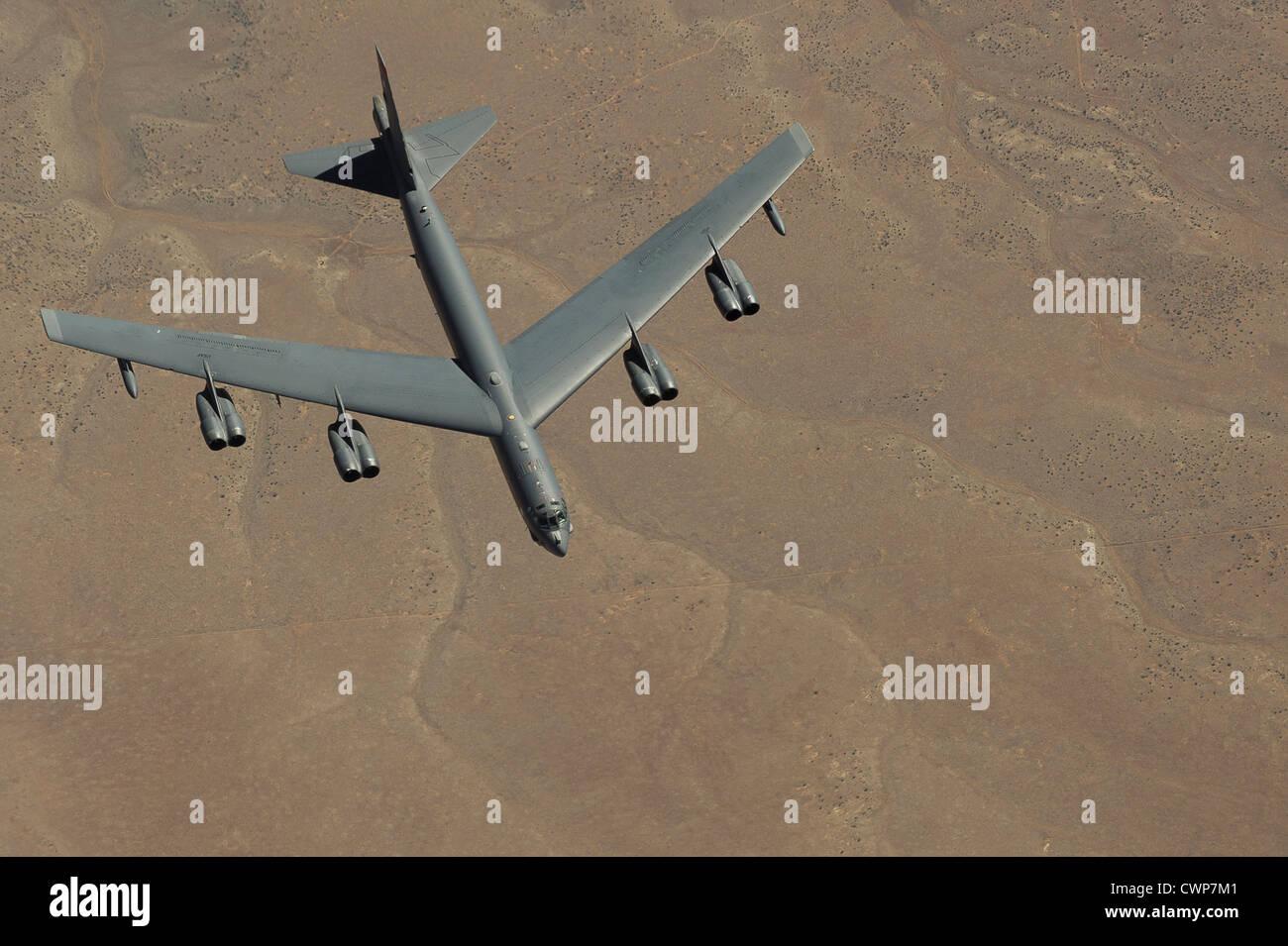 A B Stratofortress si avvicina a un Boeing KC-135 Stratotanker per rifornire di carburante il 26 marzo 2012 vicino a Salt Lake City, Utah. Foto Stock