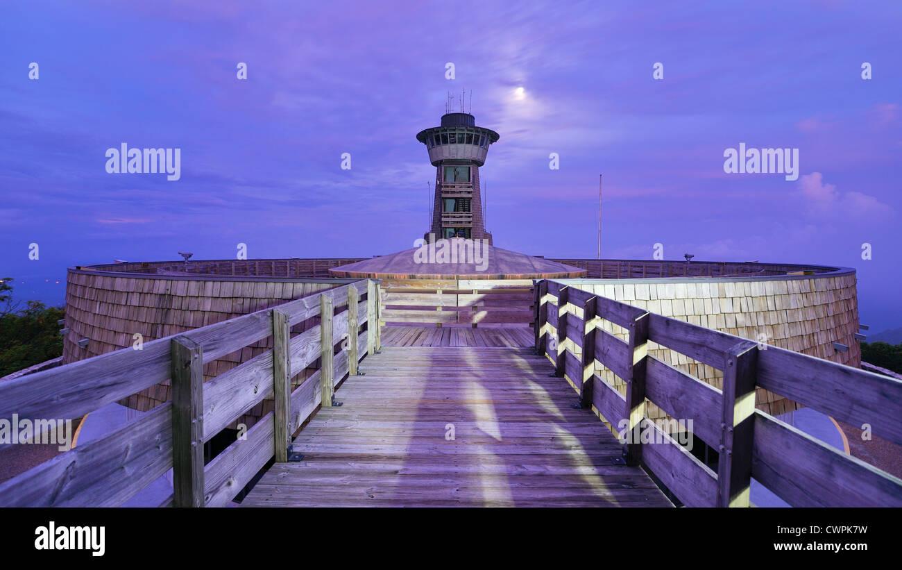 Cima osservatorio di notte su Brasstown Bald in Georgia, Stati Uniti d'America. Immagini Stock