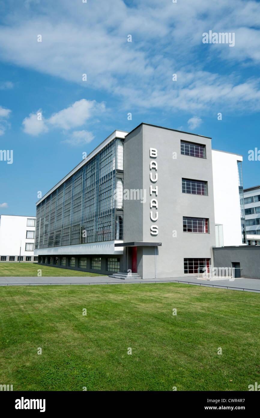 Edificio Bauhaus e scuola di architettura progettata da Walter Gropius a Dessau Germania Immagini Stock