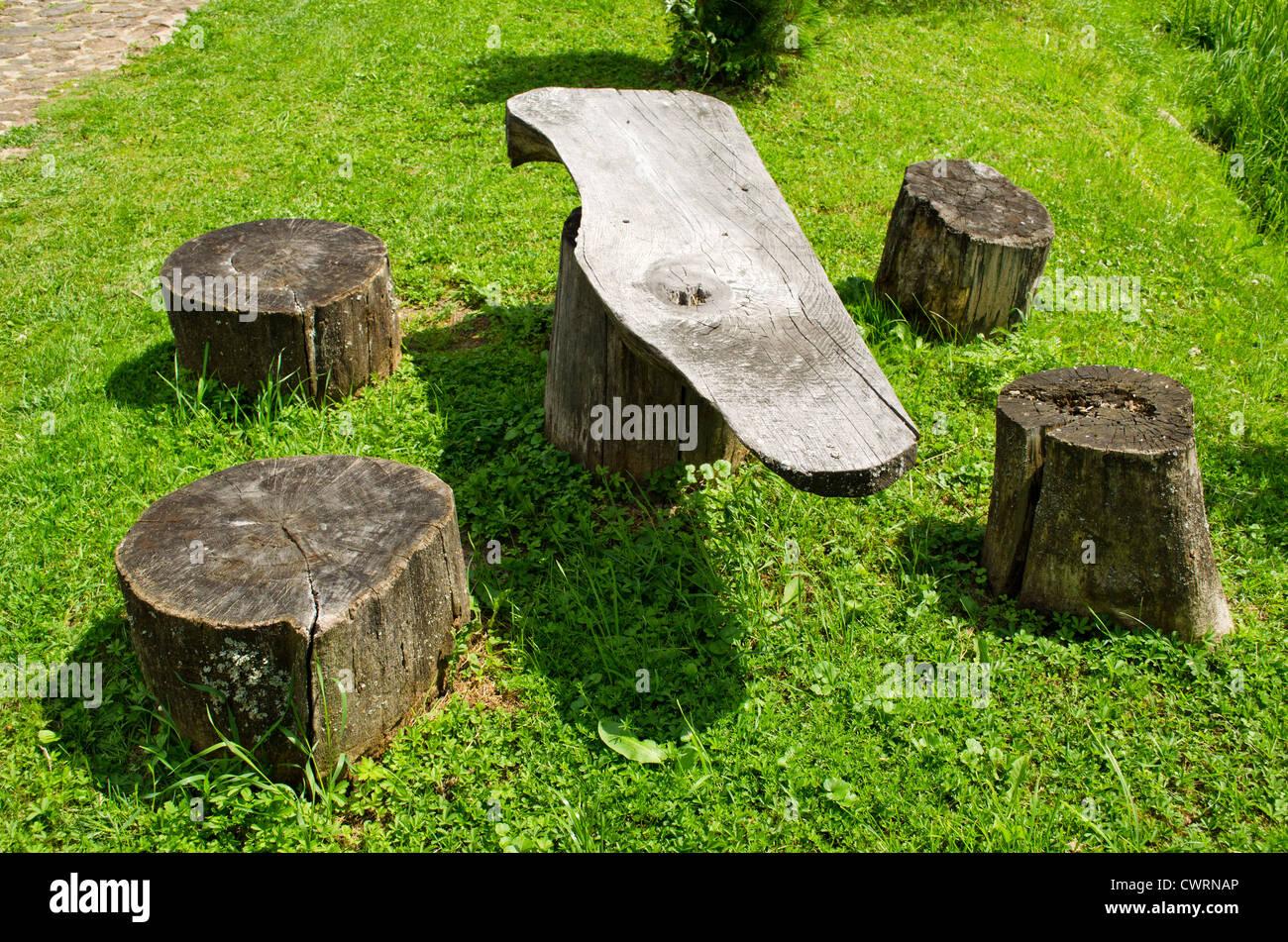 Tavolo e sedie di legno tronco di monconi. Luogo di riposo