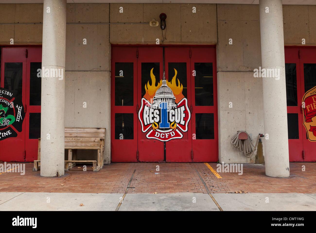 Vigili del fuoco logo sulle porte di stazione - Washington DC, Stati Uniti d'America Immagini Stock