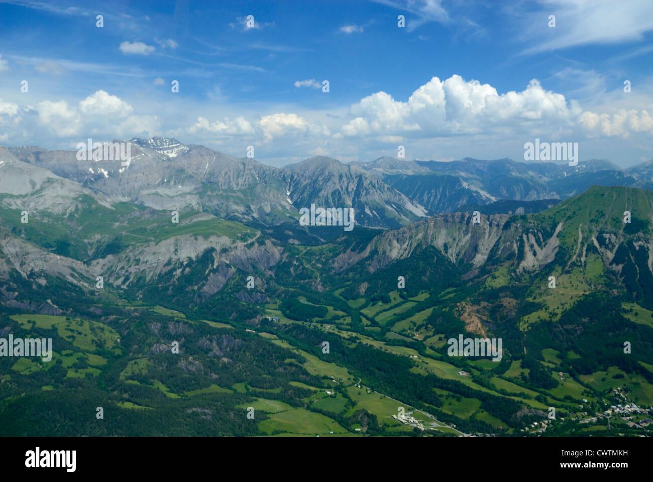 Valle di Bes a Le Vernet, torna a sinistra tete de l'Estrop picco destro e Montagne de l'Ubac, Alpes de Immagini Stock