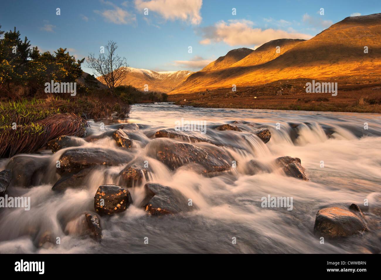 Vista offuscata del fiume impetuoso sulle rocce Foto Stock