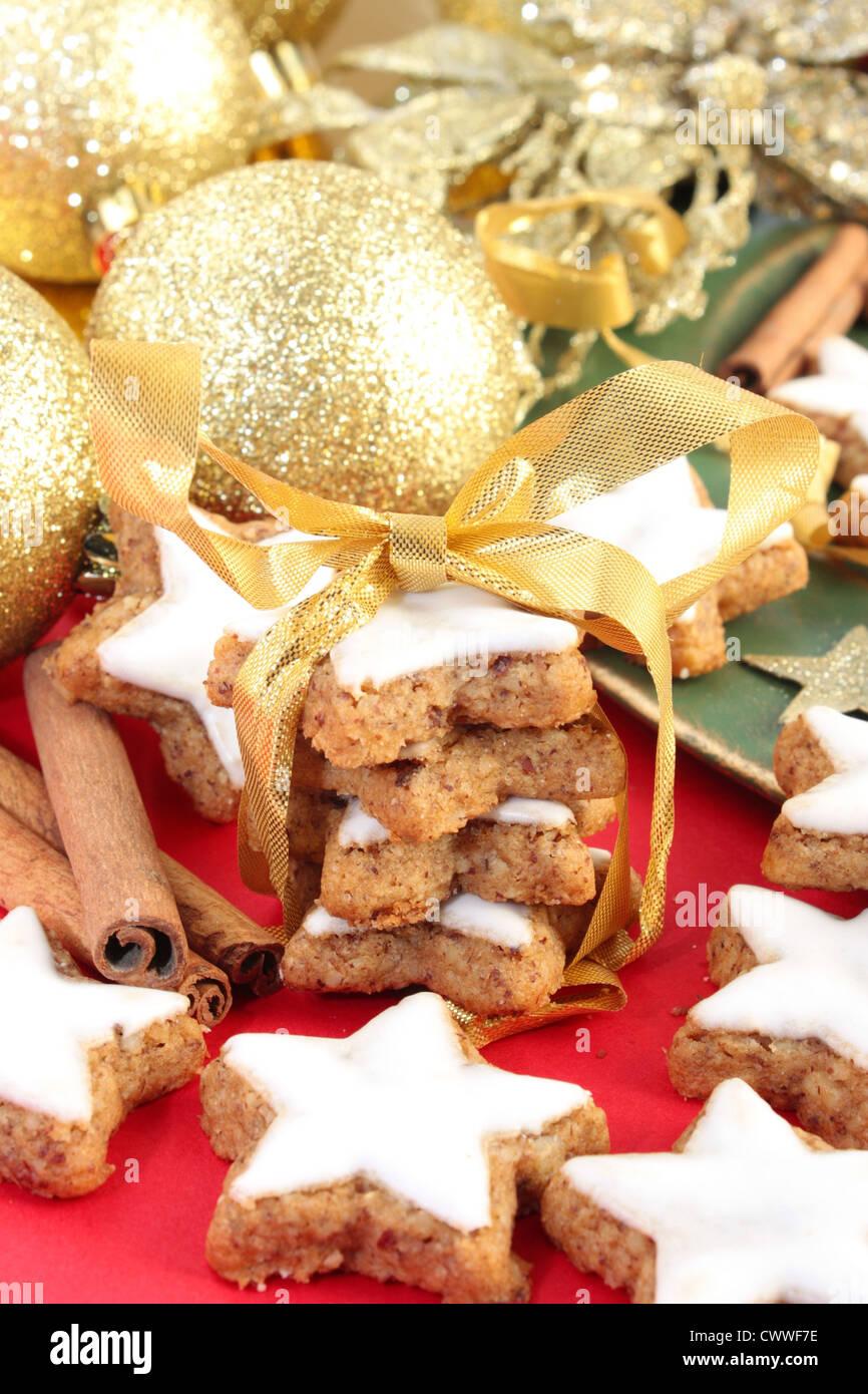 Decorazioni Natalizie Con La Cannella.A Forma Di Stella Di Natale Biscotti Alla Cannella Su Uno