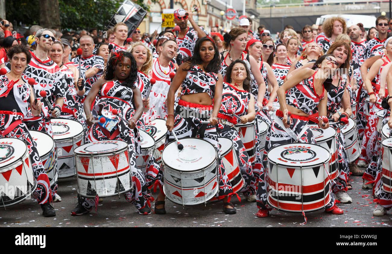 Carnevale di Notting Hill a Londra, ronzio gruppo Batala Immagini Stock