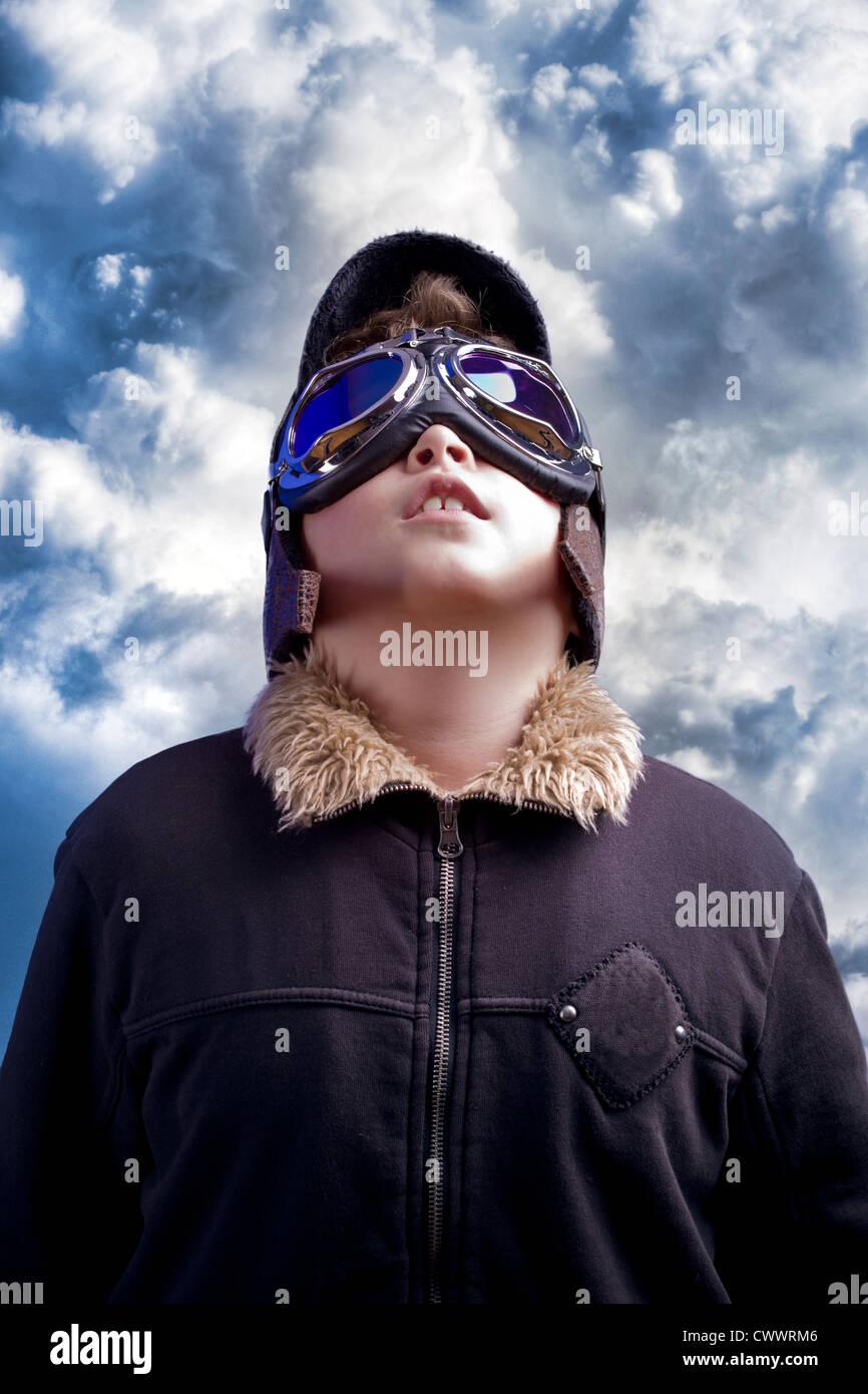Un ragazzino che sogna di diventare un pilota professionista. Aviazione Vintage hat. Foto Stock