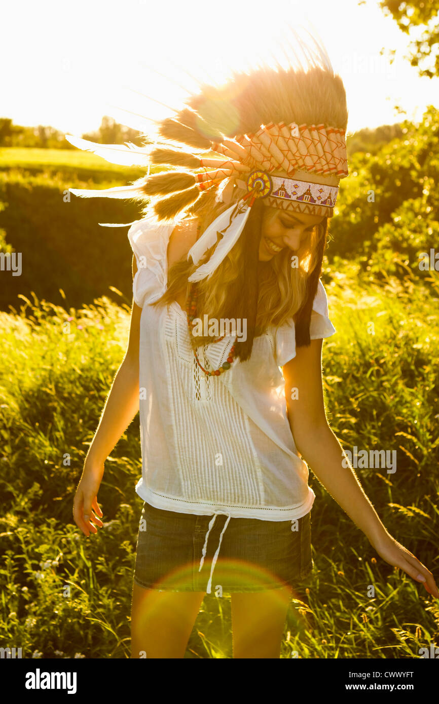 Donna che indossa Native American copricapo Immagini Stock