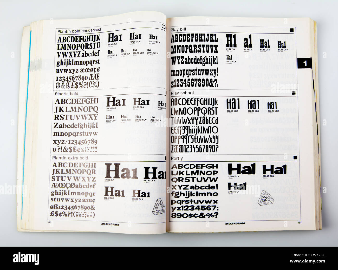 Vecchio catalogo con i font di caratteri trasferibili come Letraset, xx secolo, Germania Immagini Stock