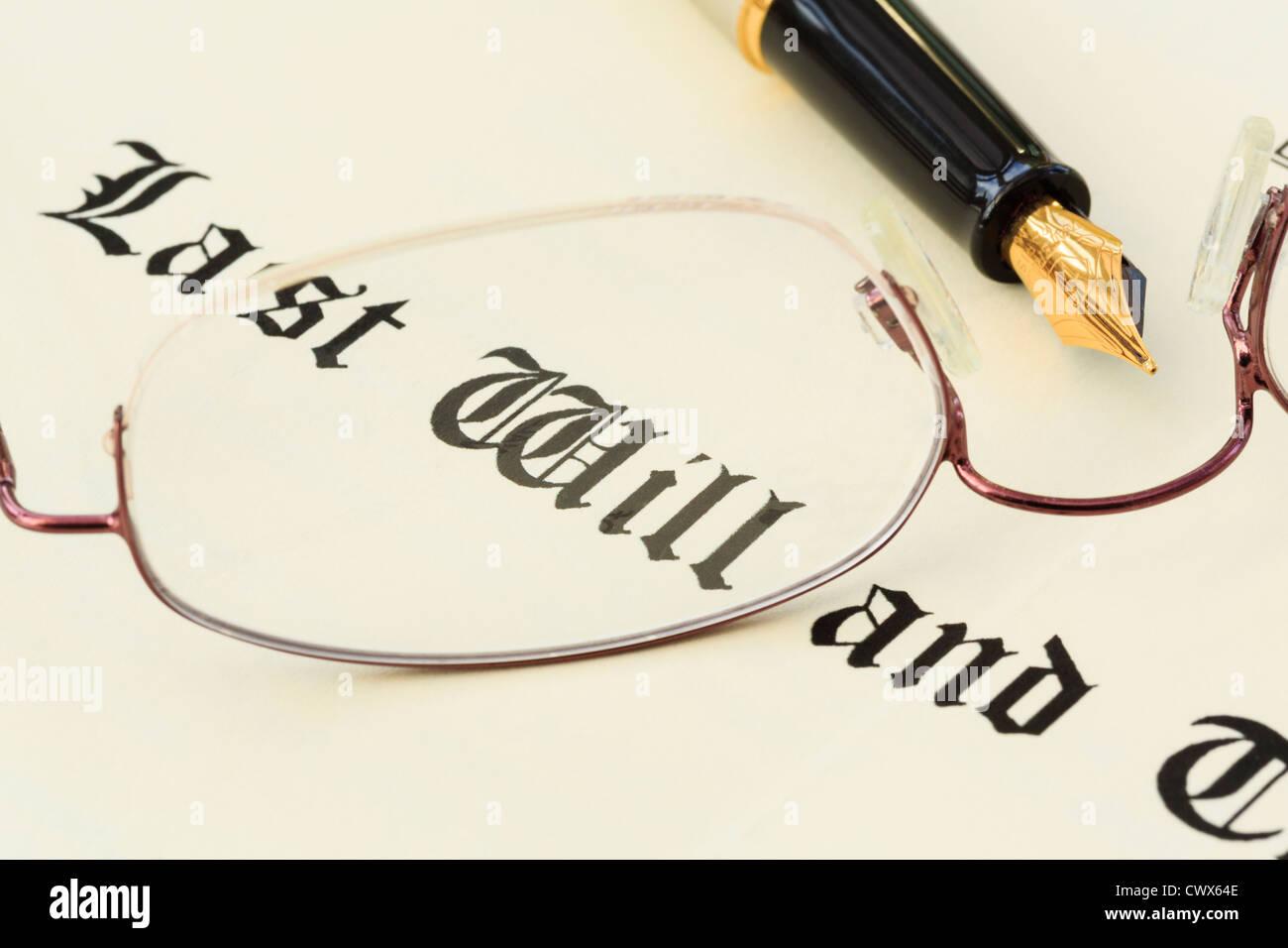 Ultima volontà e Testamento documento con una coppia di metallo bordata di occhiali e una penna stilografica Immagini Stock