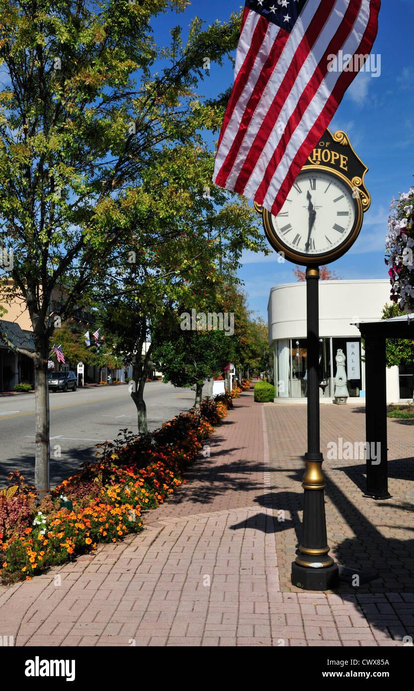 Downtown Fairhope, Alabama è adornata con bandiere, di fiori e di un alto orologio vintage Immagini Stock
