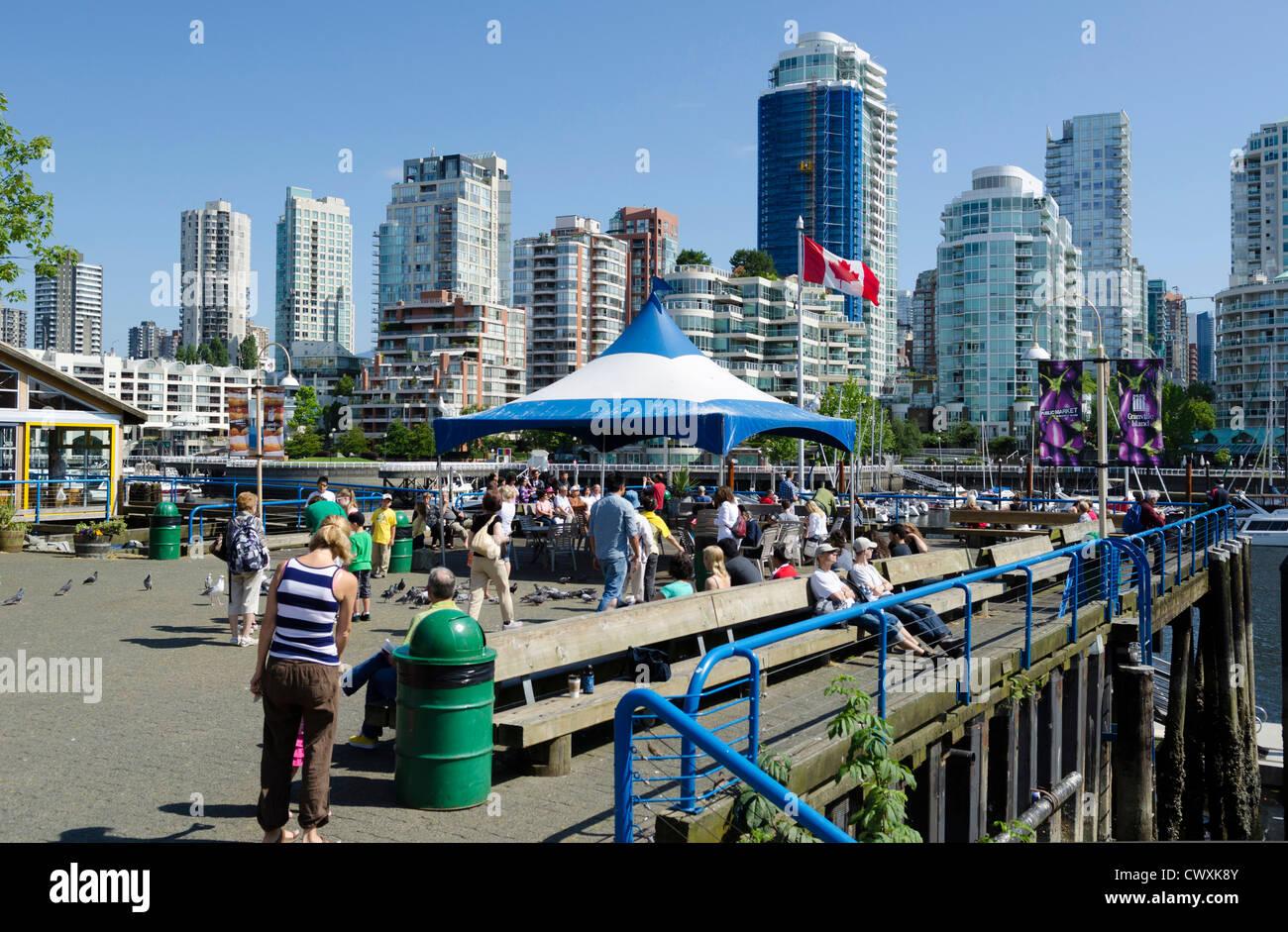 La folla su Granville Island, Vancouver, Canada Immagini Stock
