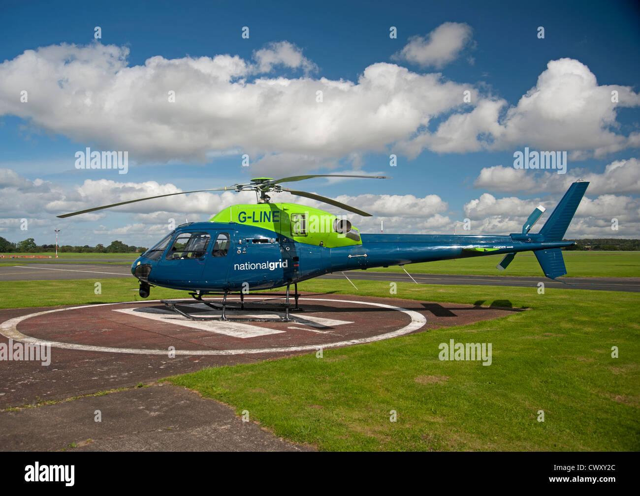 Elicottero 355 : L elicottero atterra su un campo verde le lame gira il hd stock