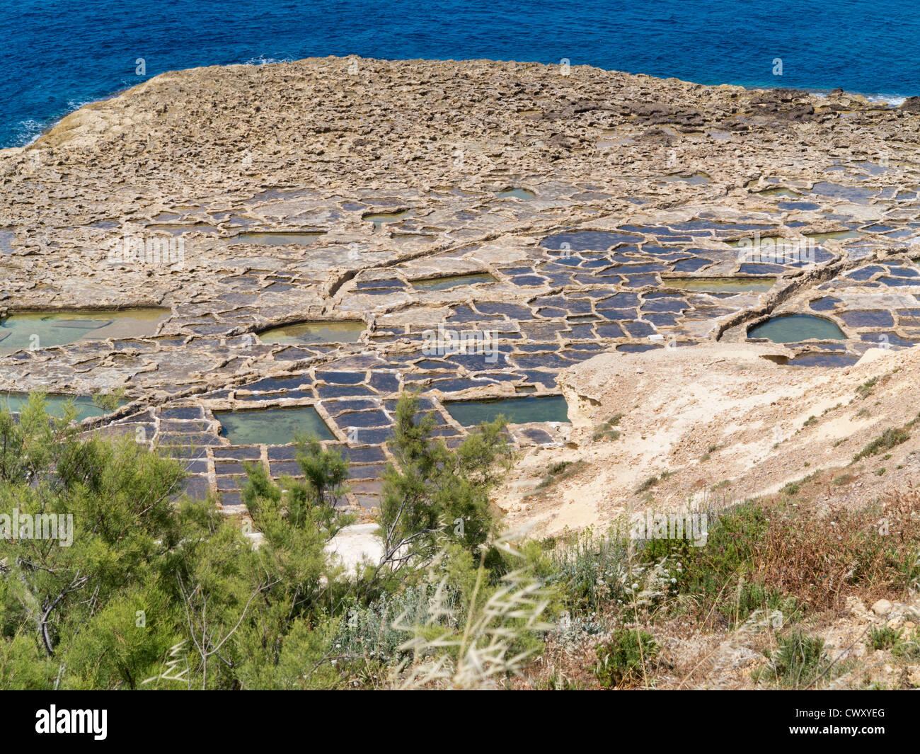Vista dalla scogliera di saline vicino a Qbajjar sulla strada di Marsalforn, isola di Gozo, Mare Mediterraneo. Immagini Stock