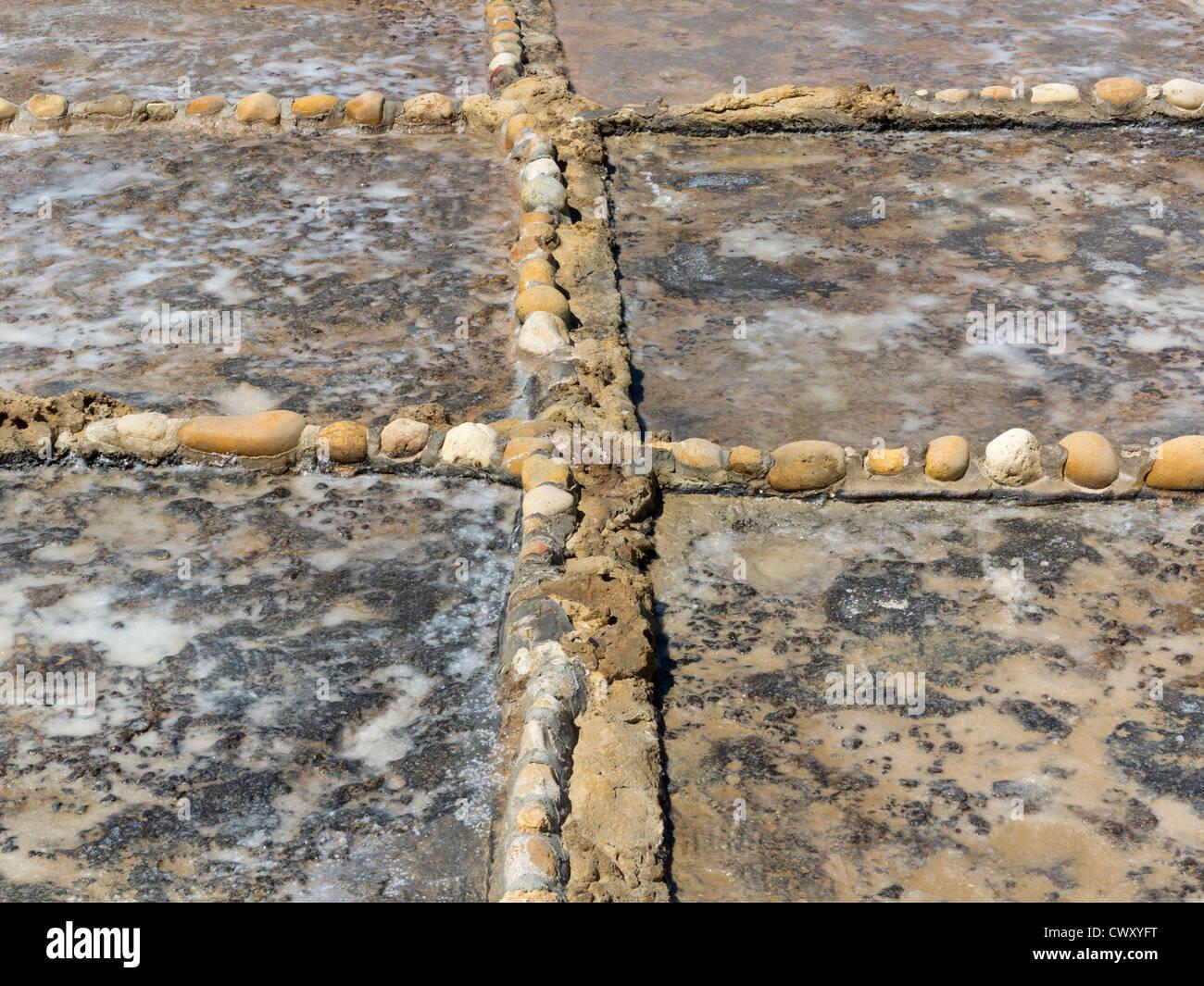 In prossimità delle pareti restaurate che compongono le saline nei pressi di Qbajjar sulla strada di Marsalforn, Immagini Stock