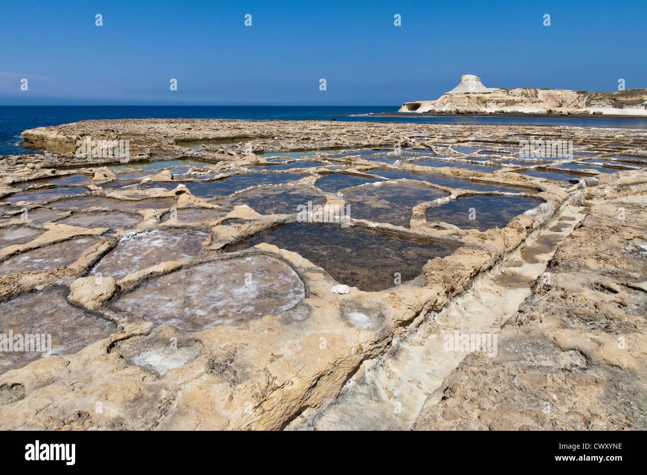 Saline vicino a Qbajjar sulla strada di Marsalforn, isola di Gozo, Mare Mediterraneo. Immagini Stock