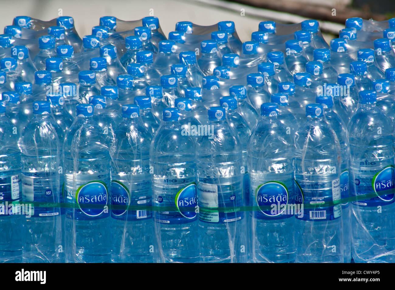 Acqua in bottiglia confezione di consegna Immagini Stock