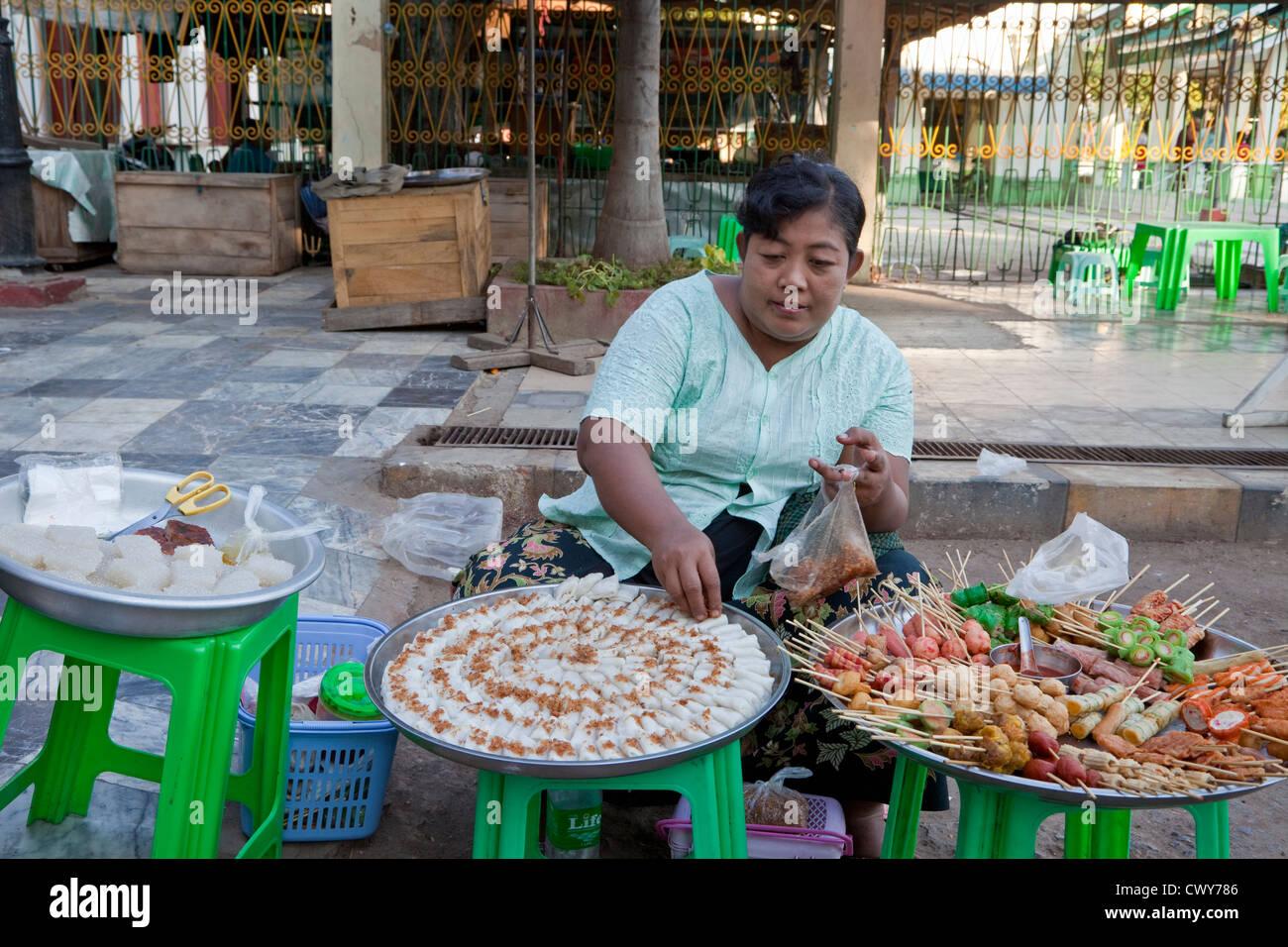 101f428e70ea Myanmar Birmania. Cibo spuntini per la vendita al di fuori del tempio  Mahamuni. Immagini