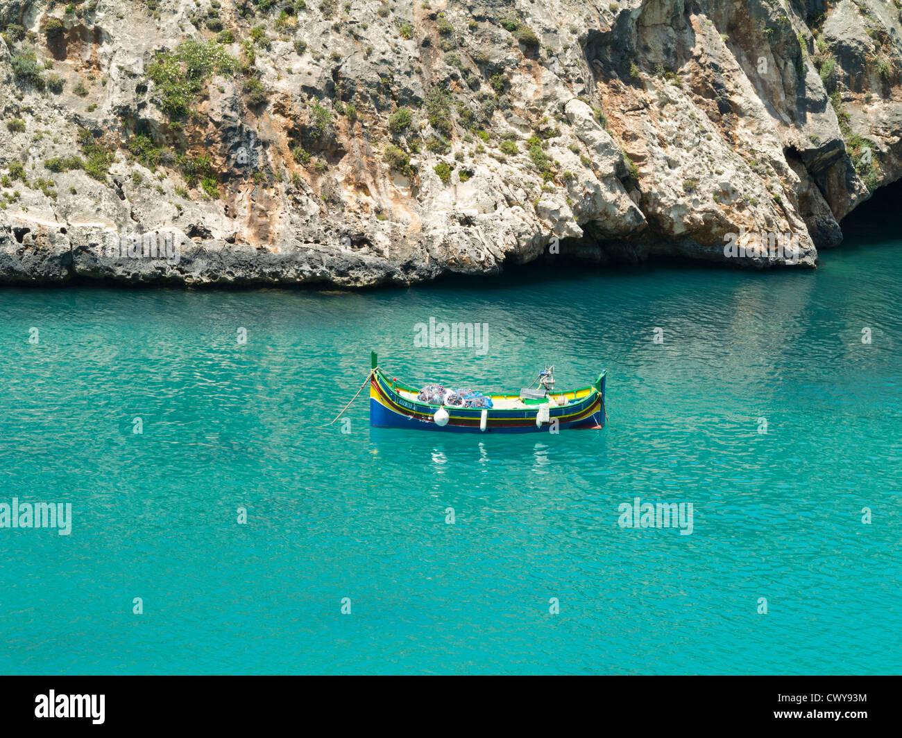 Scena costiere di chiare acque blu e barche da pesca, isola di Gozo, Mare Mediterraneo Immagini Stock