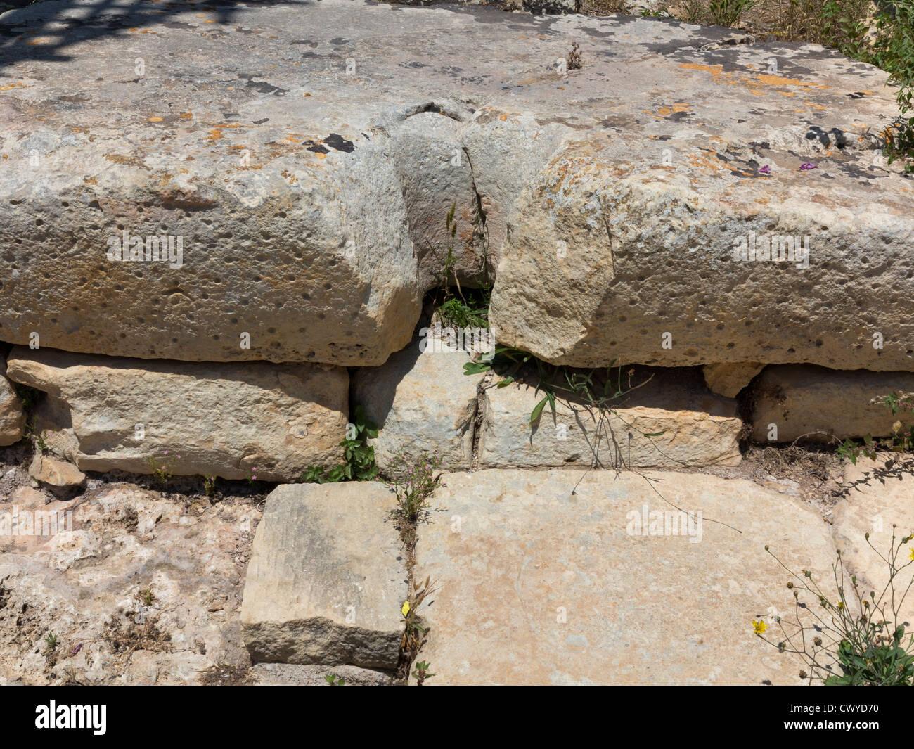 Blocco scolpito presso i templi di Ggantija vicino Xagha, isola di Gozo, vicino a Malta, Mare Mediterraneo Immagini Stock