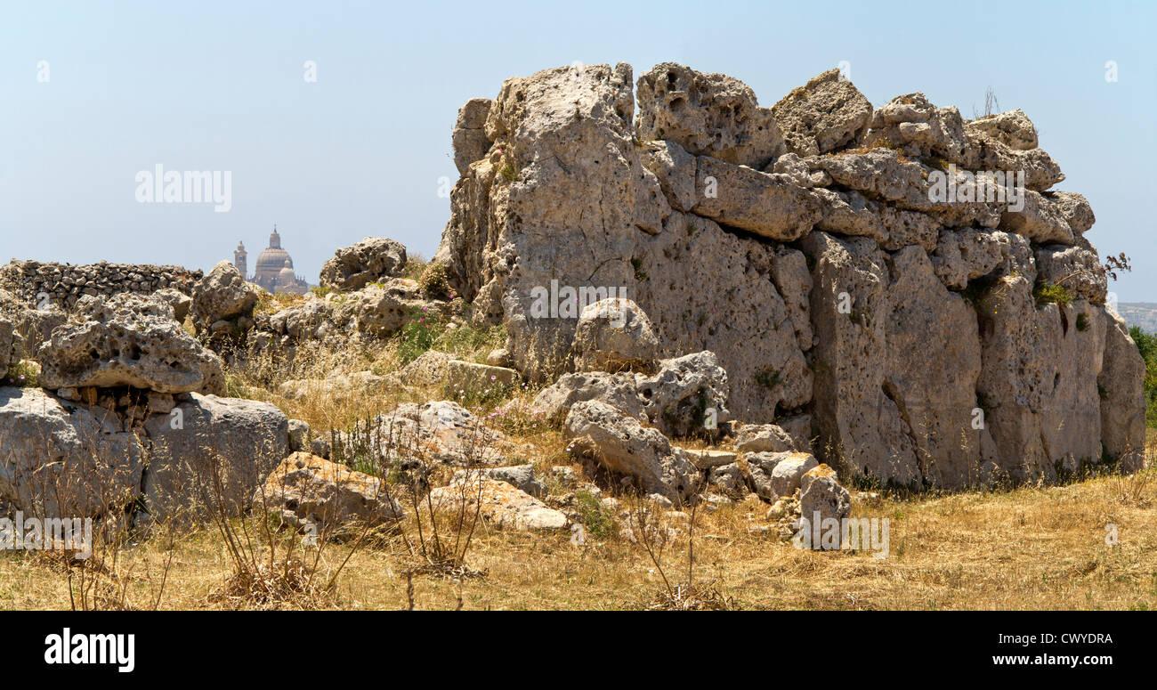 Le pareti esterne dei templi di Ggantija vicino Xagha, isola di Gozo, vicino a Malta, Mare Mediterraneo Immagini Stock