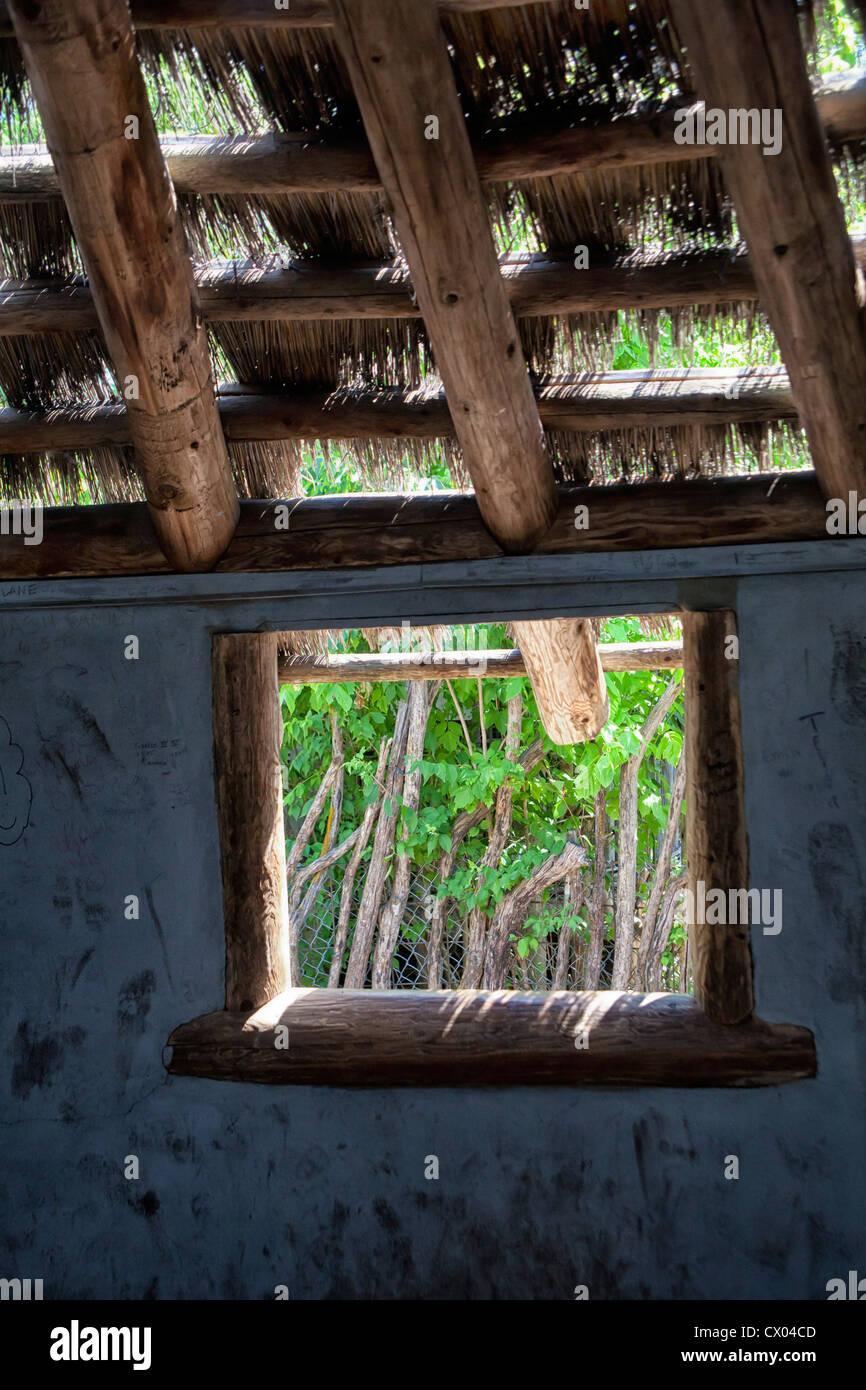Finestra in una capanna di paglia presso lo Zoo di Kansas City Immagini Stock