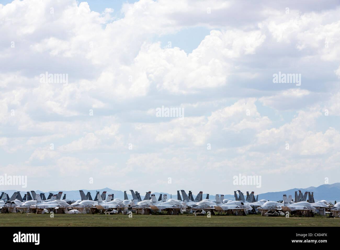 Aerei militari in deposito presso il 309th aerospaziali e di manutenzione Gruppo di rigenerazione a Davis-Monthan Immagini Stock