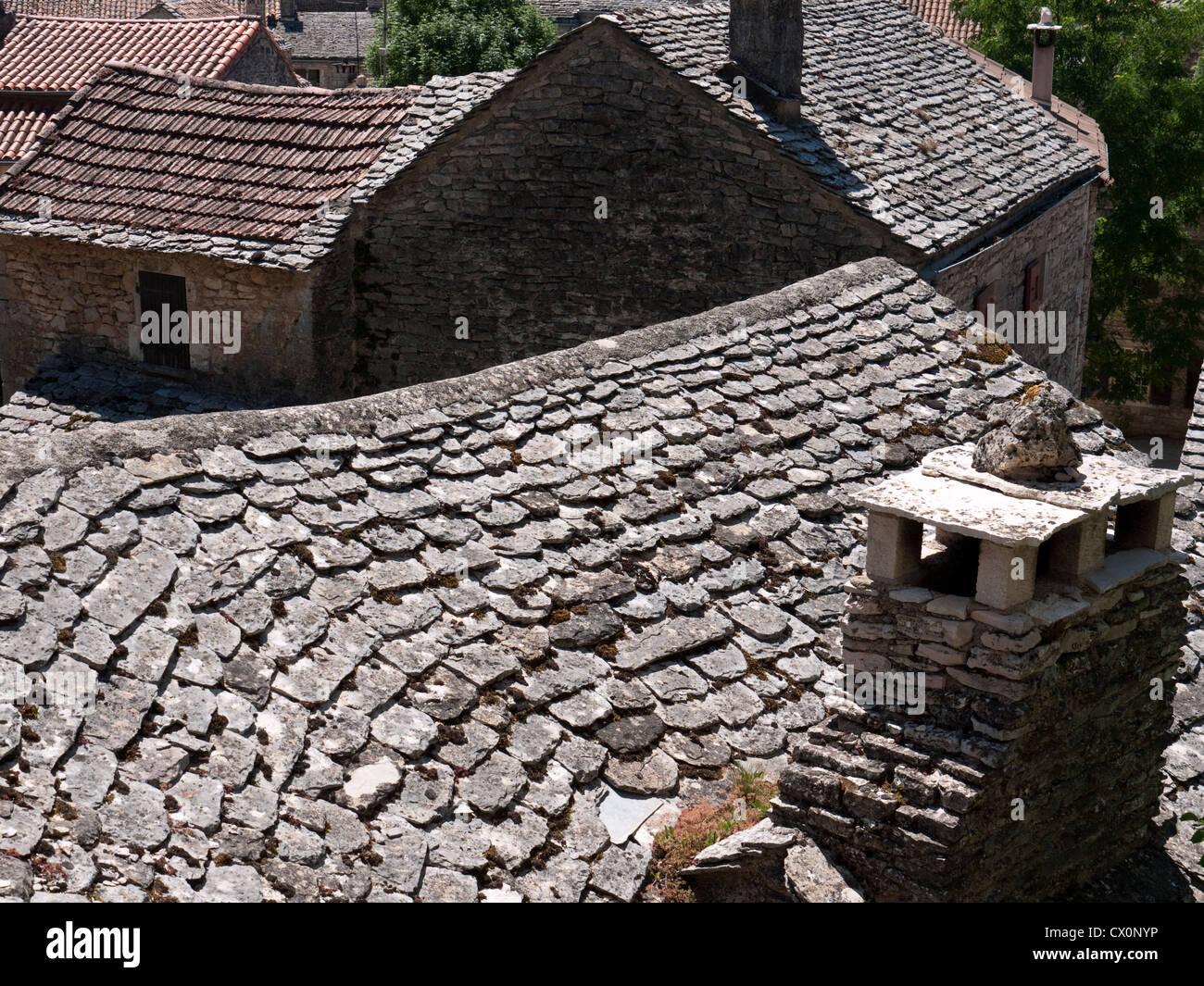 Sul tetto di piastrelle in pietra nel borgo medievale cinto da mura