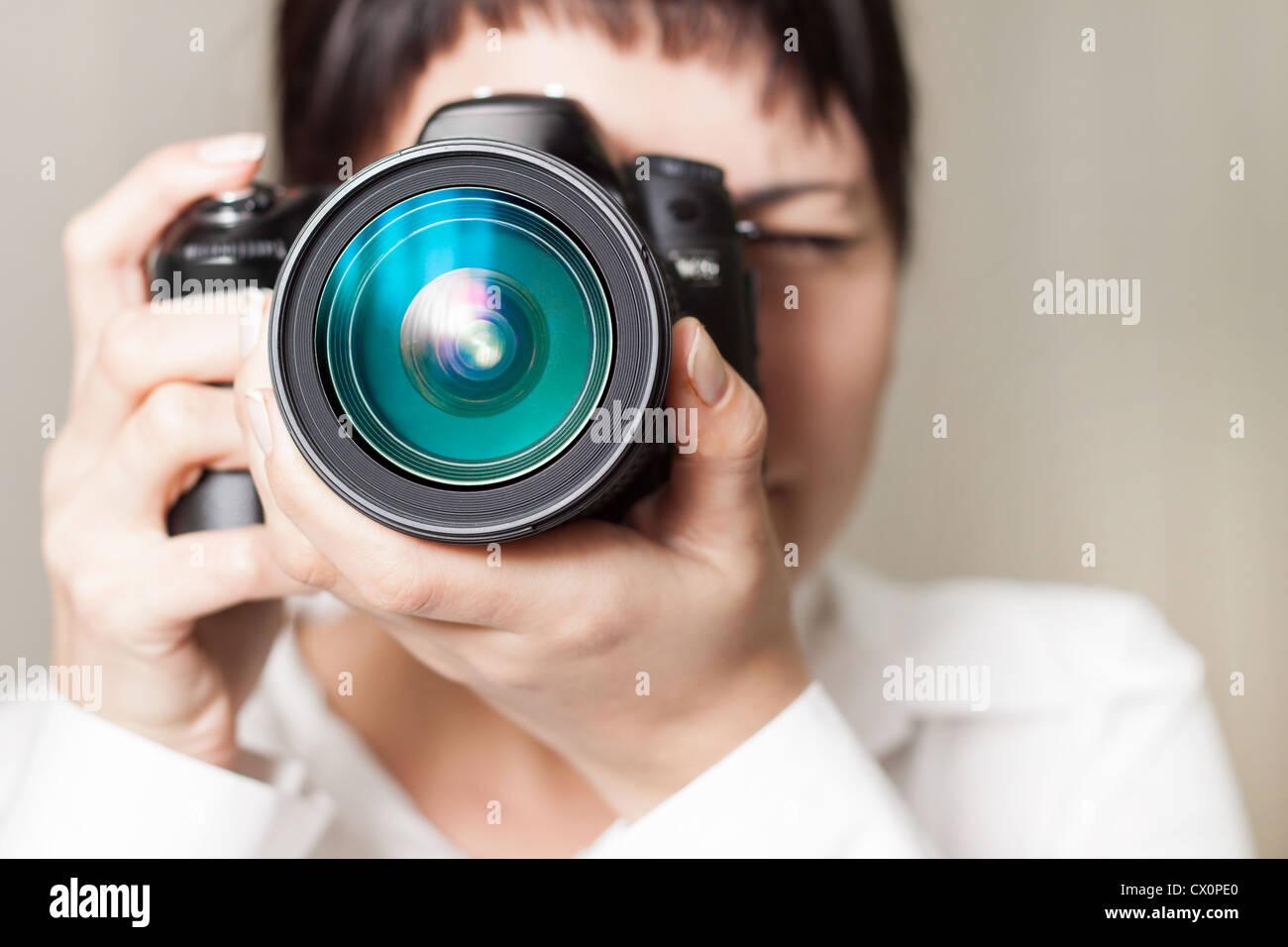 Pretty Woman è un fotografo professionista con fotocamera reflex digitale Immagini Stock