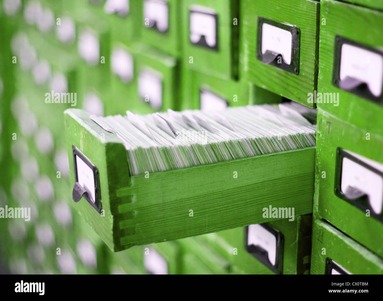 Scheda di catalogo o armadio con cassetto aperto e file Immagini Stock