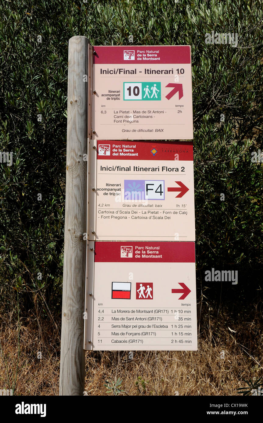 Indicazione di strade per escursionisti accanto alla scala dei Sierra del Montsan Immagini Stock