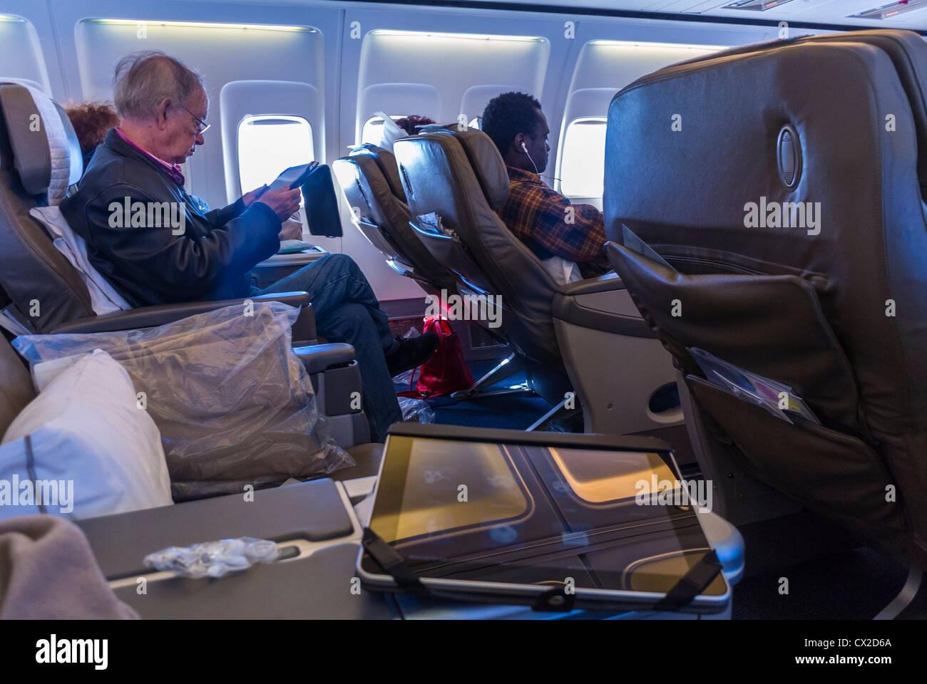 Entrobordo volo British Airways, con ipad, Boeing 757 Piano, la prima sezione di classe Immagini Stock