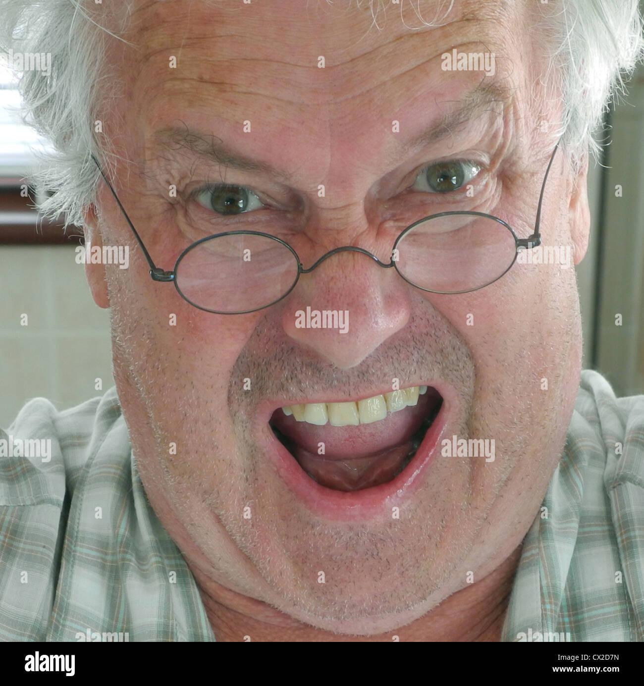 Stupito arrabbiato grumpy scioccato vecchio uomo brutto Immagini Stock
