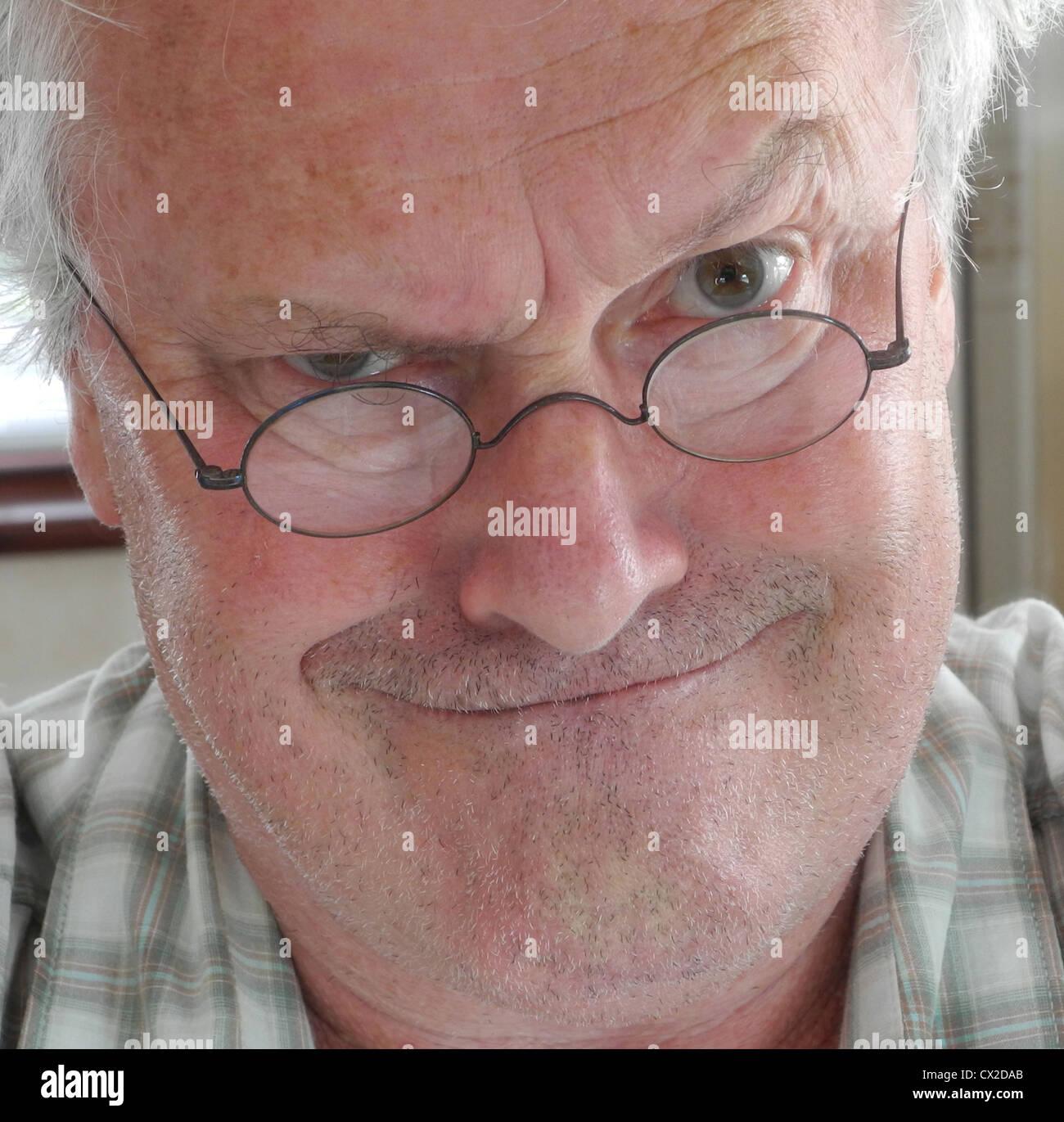 Stupito arrabbiato grumpy scioccato vecchio uomo brutto modello completamente rilasciato per qualsiasi impiego Immagini Stock