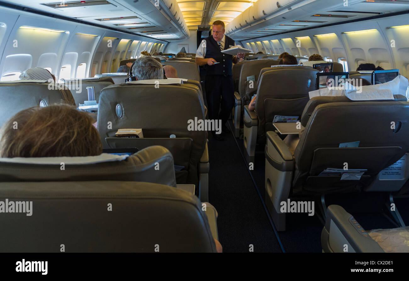 Lavoro Steward, entrobordo, volo British Airways, Boeing 757 Piano, corridoio, Immagini Stock