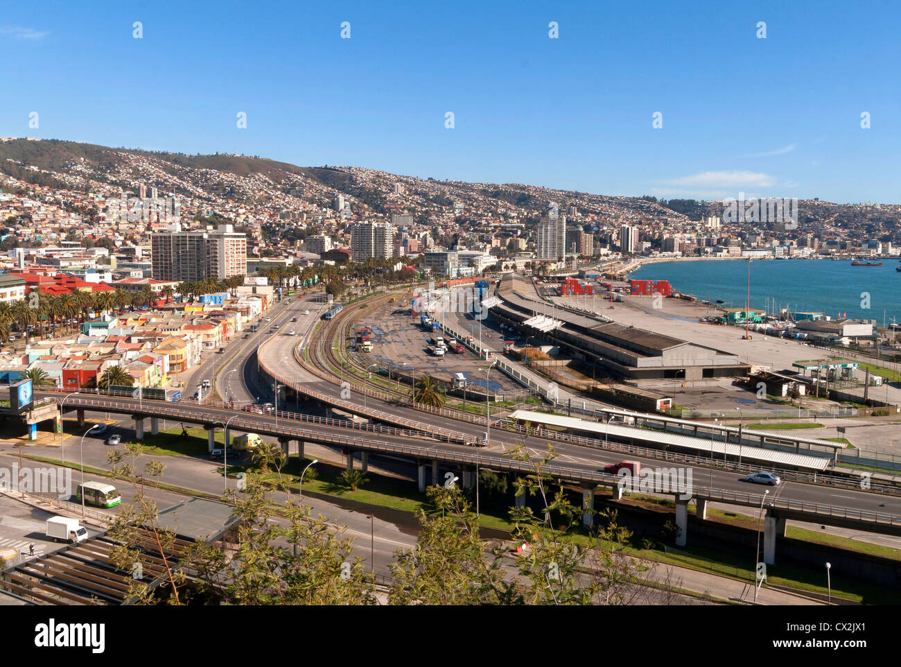 Vista di Valparaiso e le colline da ascensor Barone, autostrade a Vina del Mar nella parte anteriore Immagini Stock