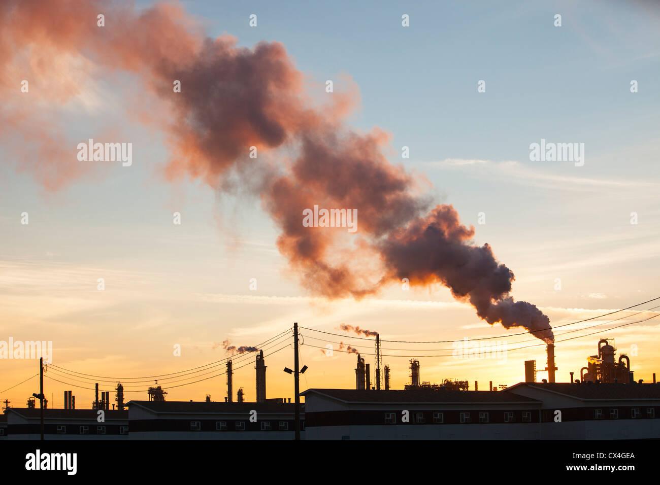 Il tar sands upgrader impianto presso la miniera di Syncrude a nord di Fort McMurray, Alberta, Canada, al tramonto. Immagini Stock